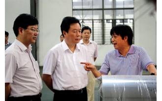 徐董事长向王市长介绍海达马口铁产销情况